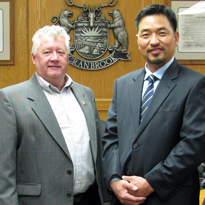 Cranbrook's mayor, Lee Pratt (L) and the city's CAO, David Kim, are working to attract more industry to Cranbrook.