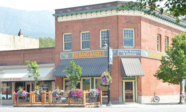 The outside and patio of Big Bang Bagels in Fernie, B.C.