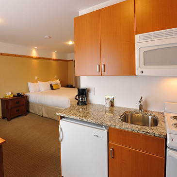 A king-sized room at Elizabeth Lake Lodge, complete with a kitchenette and dining table.
