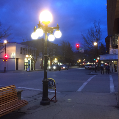 An intersection in Nelson at nighttime.
