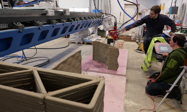 Site Manager Jim Ziemlanski and Jonathan Ladouceur inspect mortar quality during a live print.