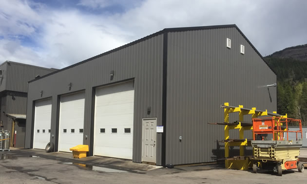 A new facilities building for the Komatsu crew.